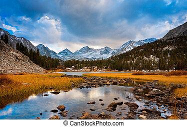 Úžasná krajina, krásný horský západ slunce