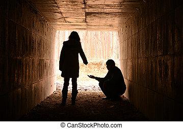 Čekání v tunelu, mladá dáma, která pomohla