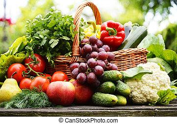 Čerstvá organická zelenina v košíku na smetí