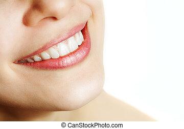 Čerstvý úsměv ženy se zdravými zuby