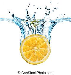 Čerstvý citron spadnul do vody s izolovaným bílým