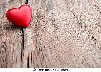 Červené srdce v dřevěném prkně