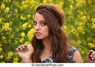 Šťastná žena v květinovém poli