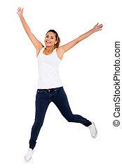 Šťastná mladá žena skákající