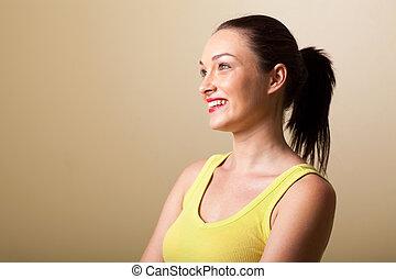 Šťastná mladá žena ve studiu