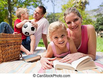 Šťastná mladá rodina si užívá piknik