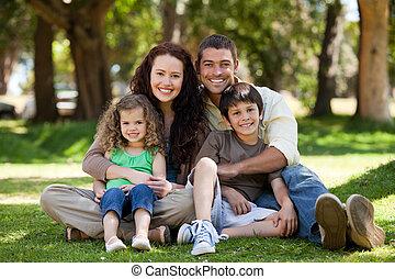 Šťastná rodina sedící na zahradě