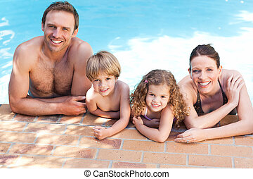 Šťastná rodina u bazénu