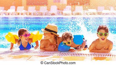 Šťastná rodina v bazénu