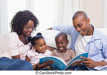 Šťastná rodinka na čtení pohádky