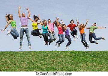 Šťastná smíšená skupinová skupinka skákání
