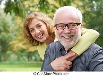 Šťastná starší žena, která se směje starší muži