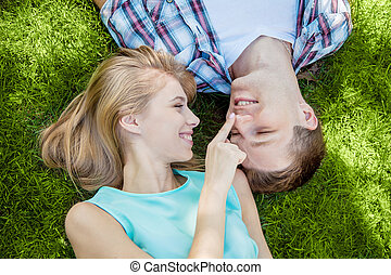 Šťastné mladé lidi venku