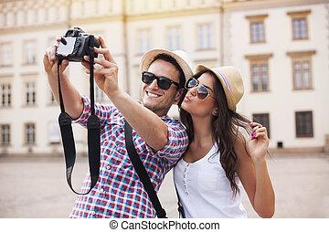 Šťastné turisty, kteří se fotí sami