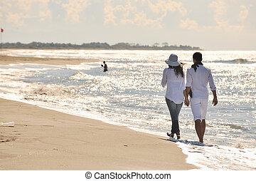 Šťastný mladý pár se baví na pláži