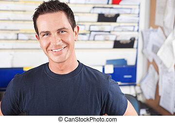 Šťastný mužský mechanik
