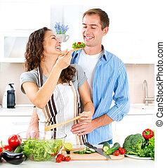 Šťastný pár společných kuchařů. Umírají. Zdravé jídlo