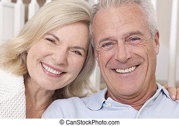 Šťastný starší muž a žena, co se směje doma