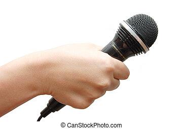 Žena drží mikrofon na bílém pozadí