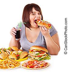 Žena jí rychle jídlo.