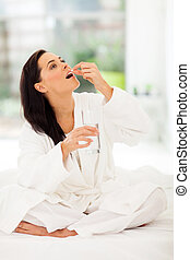 Žena pije doma medicínu