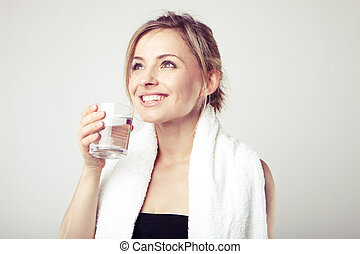 Žena pije vodu