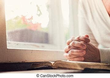 Žena s biblí