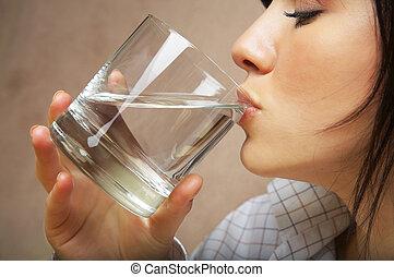 Žena se sklem vody