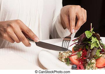 Žena v restauraci. Nakrzená představa ženy, která jí v restauraci