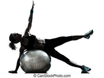 Ženský cvičí ve fitku