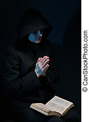 Ženy se modlí s biblí