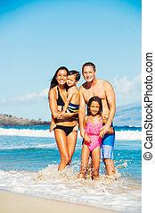 žert, pláž, obout si, rodina, šťastný