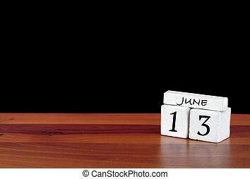 13 june kalendářní měsíc. 13 dní v měsíci. Odsouzený kalendář na dřevěném patře s černým pozadím
