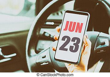 23. června. Den 23, den, datum kalendáře. Měsíc a den, na které jsou ženy v ruce v autě. Umělá barva. Letní měsíc, den roku