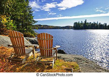 Adirondack židle u jezera