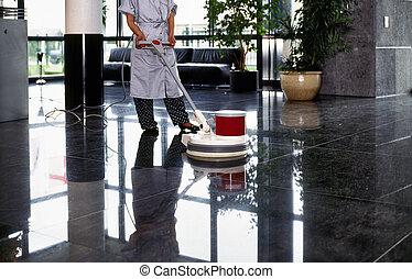 Adultská uklízečka, uklízečka s uniformou, která chodí po podlaze