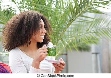 Africká americká žena pije čaj