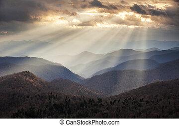 Appalachianské horské světelné paprsky na modrém hřbetu, scébkovém hřebenem, scéna v západním těle