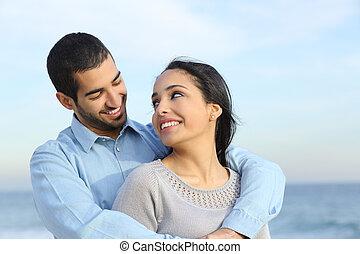 Arabský pár, co se rád líbá na pláži