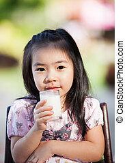 Asiatka pije mléko