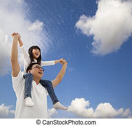 Asijský otec a dcera pod mrakem