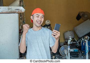 asijský, příjemný, gesto, vzhled, překvapený, smartphone, chránit, opravář, elektronika