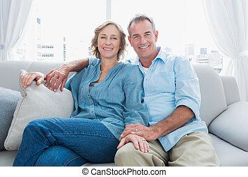 Bídný pár relaxuje na gauči