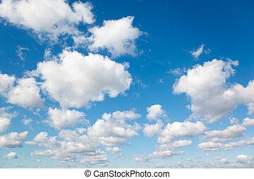 Bílé, chlupaté mraky v modré obloze. Z oblaků.