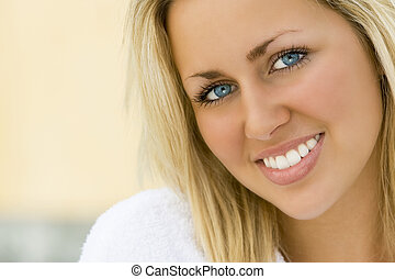 Bílé zuby, modré oči