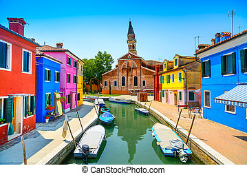 Benátky, ostnatý ostrovní kanál, barevné domy, kostely, Itálie