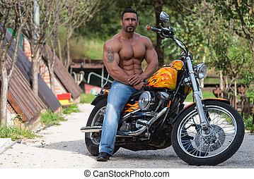 Biker sedí na kole