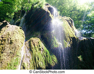 Blízko krásné a fantastické vody v horách