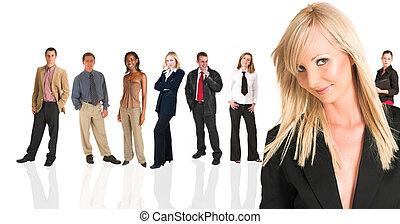 Blonďatá podnikatelka stojící před obchodem