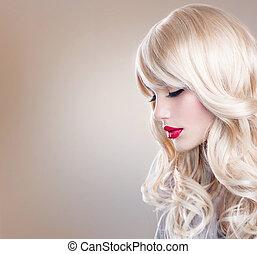 Blonďatej portrét. Krásná blondýna s dlouhými vlasy